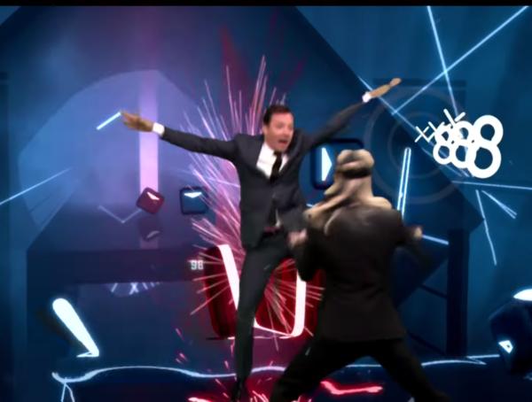 Brie Larson (Captain Marvel) a Jimmy Fallon hrají Beat saber