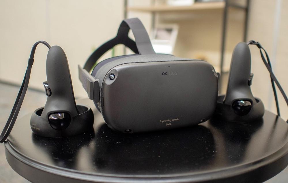 Oculus Quest v celé své kráse společně s ovladači Oculus Touch